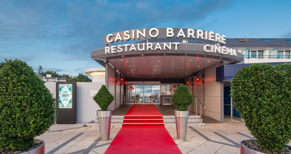 Entrance with a red carpet
